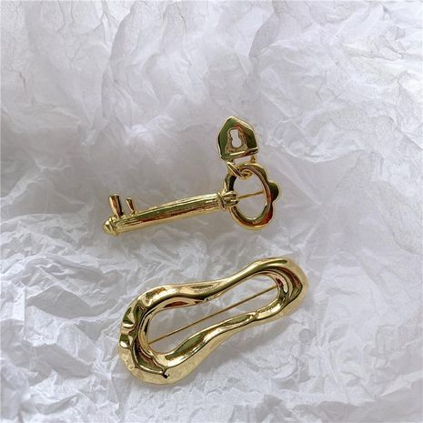 Temperament brass cold wind simple gold lock personality brooch NHYQ158192's discount tags