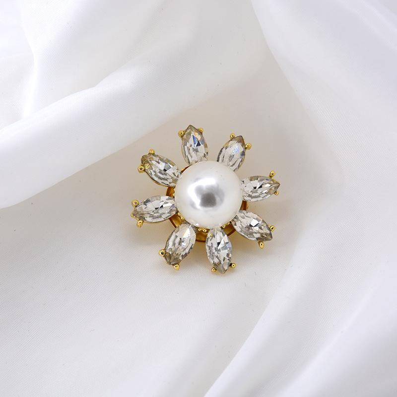 Stylish white three-dimensional daisy crystal flower brooch NHNT158366
