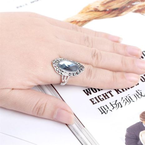 Anillo de diamantes de imitación vintage exagerado tricolor temperamento europeo y americano joyería de mano femenina al por mayor NHKQ183489's discount tags