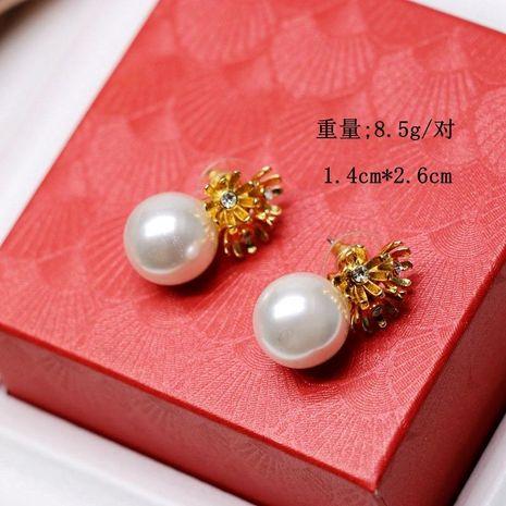 Tres pendientes de perlas de flor dorada con perlas redondas blancas NHOM190850's discount tags
