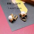 NHOM522979-White-ear-clip