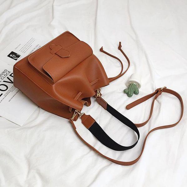 Elegante diseño minimalista con bolso Messenger en color liso NHPB148503