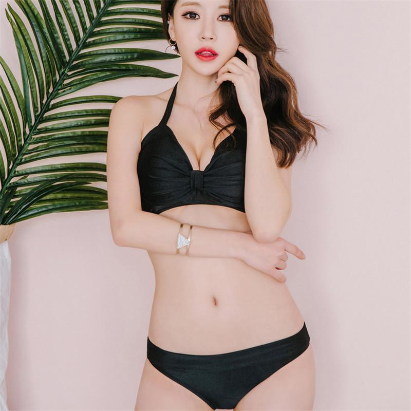 La sexy placa de acero reúne un pequeño bikini negro en el pecho NHHL149615