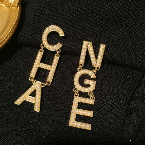 Aretes con letras asimétricas doradas con perlas NHWK193419's discount tags