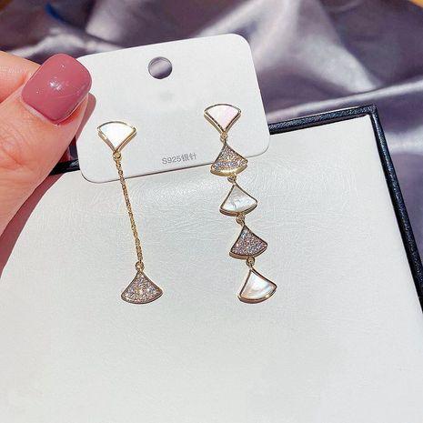 Asymmetrisches Design der koreanischen Mode Zirkon mikro-eingelegte fächerförmige natürliche Ohrmuschel lange Ohrringe NHCG274700's discount tags