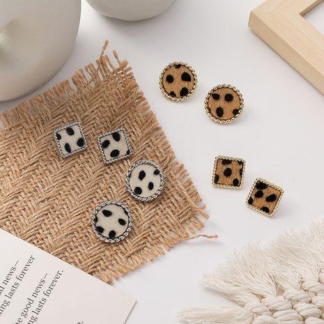 aretes con botón con estampado de leopardo NHMS277438's discount tags