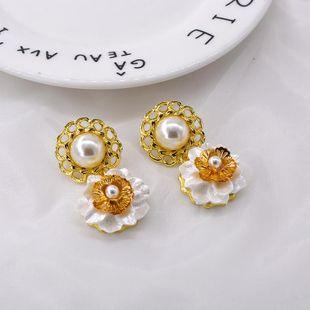 Nuevos pendientes de flores de concha de botón de perla barroca al por mayor NHNT203529's discount tags