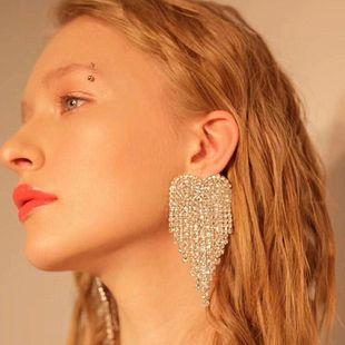 Nueva cadena de garra de aleación en forma de corazón de amor con diamantes de imitación pendientes largos de borla nihaojewelry al por mayor NHLN213423's discount tags
