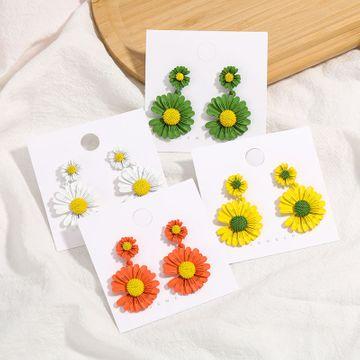 Moda coreana pequeña aleación fresca pintura en aerosol pequeña flor margarita pendientes nihaojewelry al por mayor NHJE215122