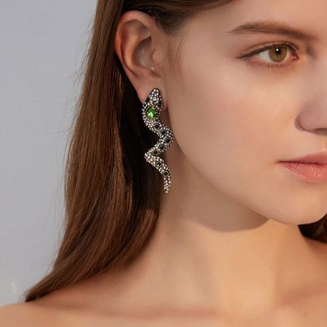Nihaojewelry gros mode boucles d'oreilles en serpentine pour femmes clips d'oreille percés long alliage plein diamant boucles d'oreilles créatives super flash NHLN215134's discount tags