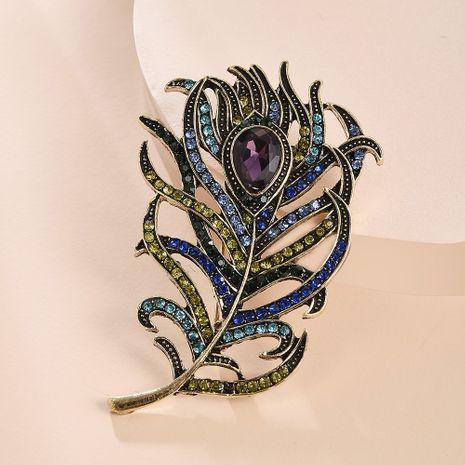 Estilo retro broche de plumas de pavo real personalidad creativa broche de color diamante accesorios de ropa de moda nihaojewelry al por mayor NHMD216144's discount tags