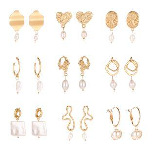 Pendientes de modelos de explosión Pendientes ahuecados de oro asiático de moda Geometría de viento helado Pendientes de metal de perlas de agua dulce Pendientes NHMO217593's discount tags