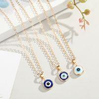 Collar colgante de ojos azules turcos nihaojewelry collar de ojos de borde envolvente salvaje al por mayor accesorios para damas NHGO218137