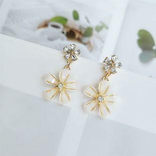 Pendientes de diamantes de aleación de flor de personalidad de moda japonesa y coreana temperamento pendientes de moda salvaje joyería al por mayor nihaojewelry NHVA218966's discount tags