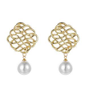 Japón y Corea del Sur nueva joyería popular seda patrón hueco pendientes de perlas aleación chino nudo pendientes al por mayor nihaojewelry NHGY219095's discount tags