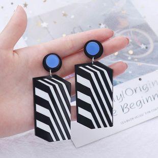 rayas cuadradas en blanco y negro costura pendientes de acrílico tendencia de moda pendientes largos largos de resina al por mayor nihaojewelry NHLA219492's discount tags