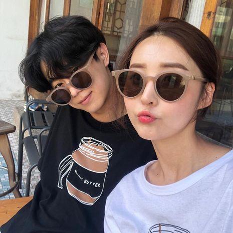 Nuevas gafas de sol retro tendencia pequeño marco redondo mocha leche té color pequeño marco gafas vibrato gafas de sol al por mayor nihaojewelry NHBA220375's discount tags