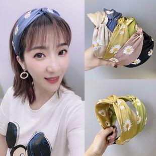 Corea linda banda para el cabello pequeña margarita flores gancho de lado ancho cruz diadema nihaojewelry al por mayor NHSM214537's discount tags