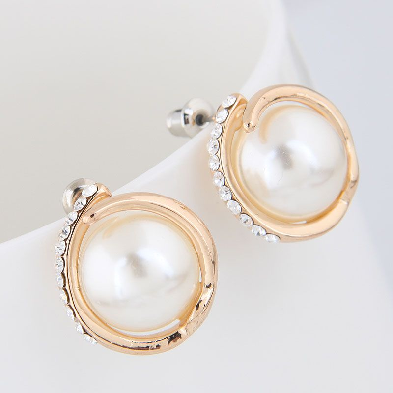 Boutique Korean fashion metal sweet and elegant simple pearl personality temperament earrings wholesale nihaojewelry NHSC225580