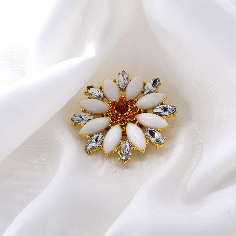 new diamond-studded flowers fashion brooch trendy daisy brooch wild clothing jewelry wholesale nihaojewelry NHNT229461