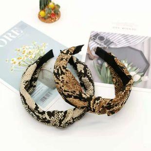 Venta caliente banda de pelo de piel de serpiente de ala ancha diadema retro paño patrón de serpiente horquilla arco cruz accesorios para el cabello damas al por mayor nihaojewelry NHUX222347's discount tags