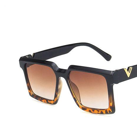 Gafas de sol decorativas en forma de V marco grande cuadrado nuevas gafas de sol de moda retro nihaojewelry al por mayor NHKD222789's discount tags