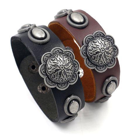 Mode créatif nouveau cuir de vachette large en cuir pour hommes bracelet hip-hop rivet boîte de nuit bracelet tendance bijoux en gros nihaojewelry NHHM223694's discount tags