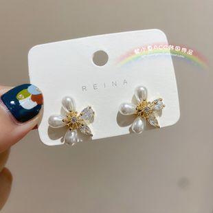 Super hada zircon flor delicada s925 aguja de plata margarita flor pendiente nuevo coreano sol flor pendiente al por mayor nihaojewelry NHXI223718's discount tags
