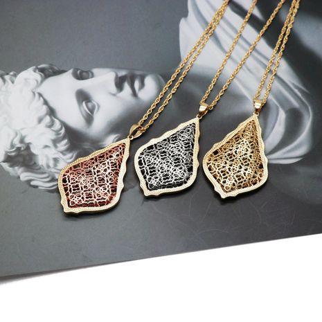 Matériel en cuivre creux pendentif collier or rose creux rétro motif collier collier de mode collier en gros nihaojewelry NHOM234509's discount tags