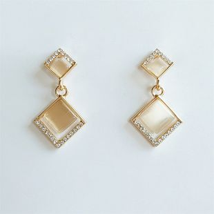 Boucles d'oreilles de mode coréenne douce alliage diamant géométrique transparent pierres précieuses rétro boucles d'oreilles en gros nihaojewelry NHVA230812's discount tags