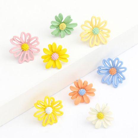 Corea del bosque serie S925 aguja de plata pequeña margarita aleación pintura en aerosol flor pendientes asimétricos al por mayor nihaojewelry NHJE236008's discount tags