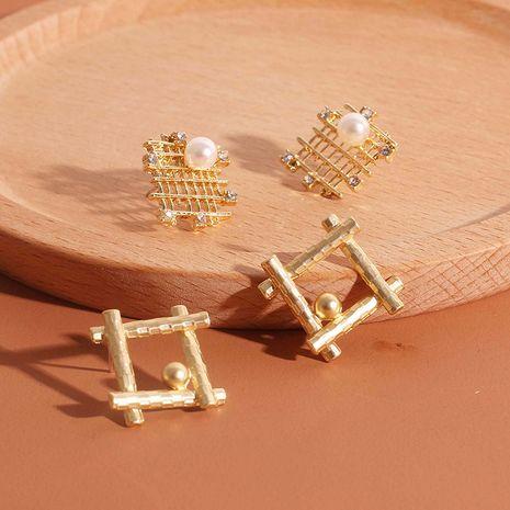 Boucles d'oreilles en alliage de perles de mode carrée rétro maille sauvage boucles d'oreilles en strass creux nihaojewelry en gros NHRN238368's discount tags