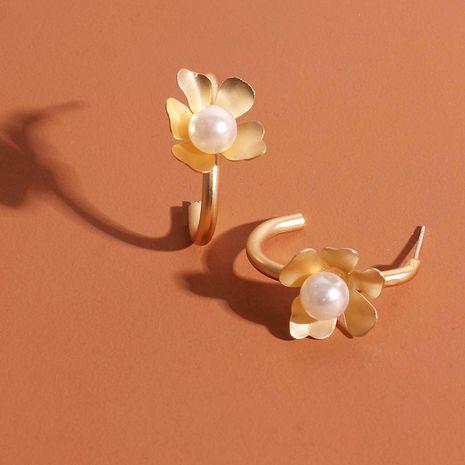Boucles d'oreilles en alliage de petites fleurs en forme de C en forme de c doré rétro en gros nihaojewelry NHRN238374's discount tags