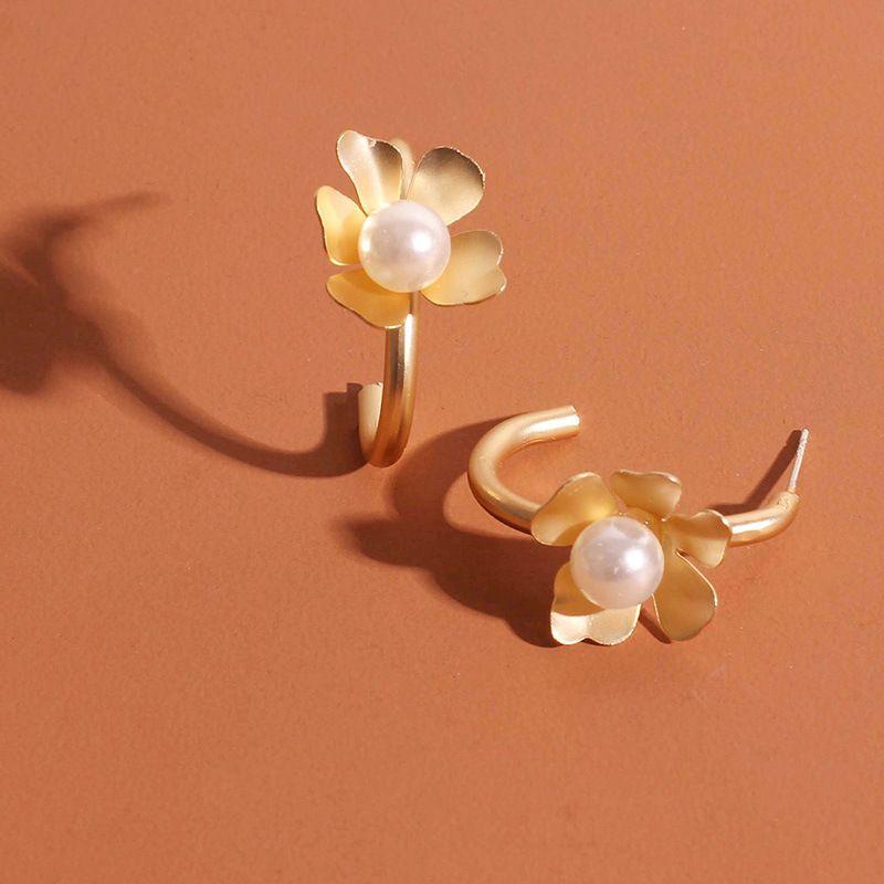 Fashion C-shaped golden  retro fashion pearl small flower  alloy earrings wholesale nihaojewelry NHRN238374