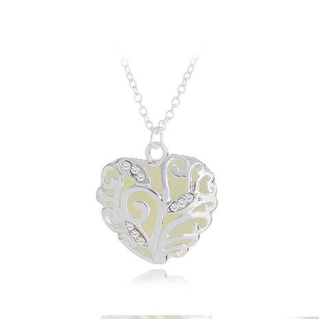 collier créatif Noël cadeau chaud lumineux creux diamant serti collier amour dames chaîne de clavicule en gros nihaojewelry NHCU232144's discount tags
