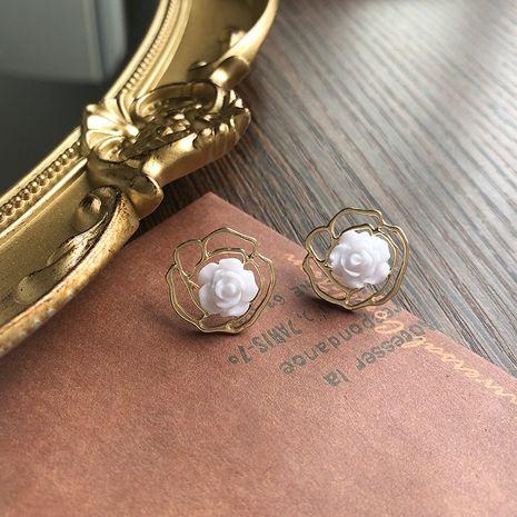 Boucles d'oreilles fleur 925 argent petites et délicates boucles d'oreilles sauvages rétro camélia boucles d'oreilles creuses en gros nihaojewelry NHWF232389's discount tags