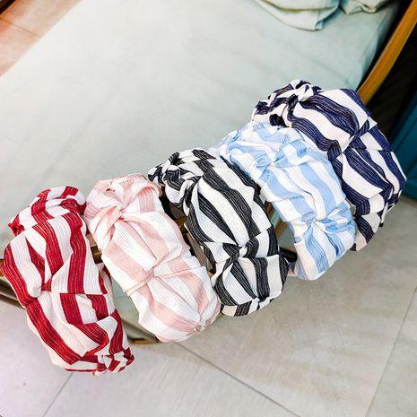 Diadema de rayas coreanas nueva diadema de botones de flores a rayas retro de gama alta tela de ala ancha pliegue horquilla de moda diadema de horquilla NHUX233157's discount tags