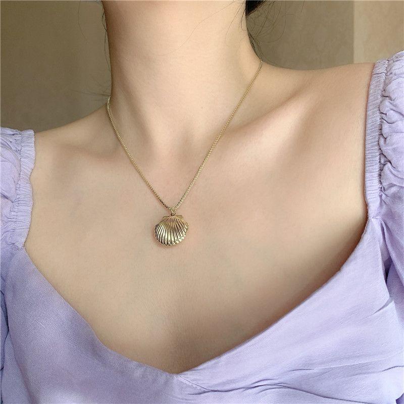 Korea's New Retro Baroque Niche Golden Brass Shell alloy Pendant Clavicle Chain NHYQ242999