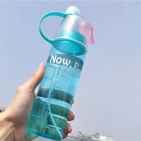 Taza de agua en aerosol de plástico creativo taza de deportes portátil al aire libre con tapa taza de hidratación y enfriamiento de verano, patrón aleatorio NHNU251332's discount tags