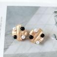 NHOM1056078-Black-and-white-pearl-ear-clip