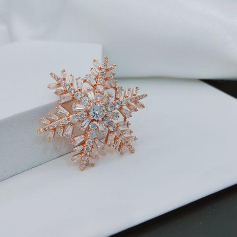 Otoño nueva Corea todo fósforo chapado en oro microincrustaciones de circón copo de nieve broche simple suéter de cobre ramillete NHLJ260026's discount tags
