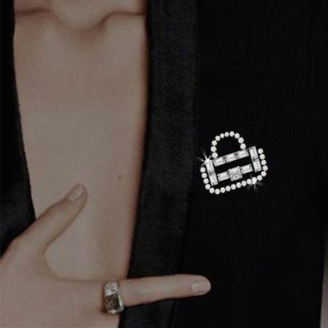 broche con forma de bolso de circonitas y diamantes NHYQ260509's discount tags