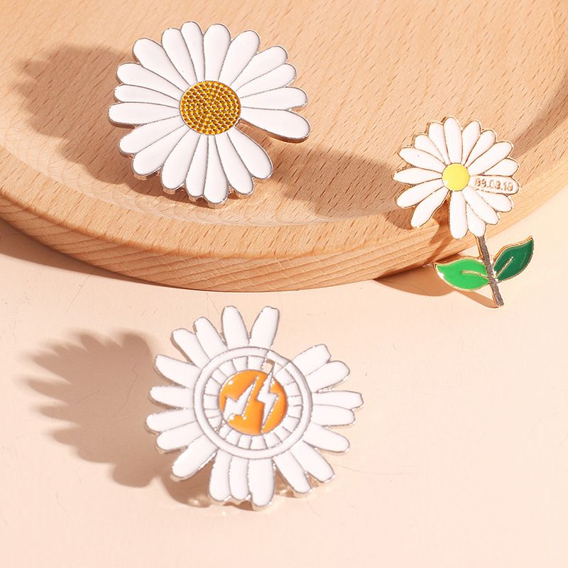 Korean new fashion small daisy pin antiglare collar alloy brooch for women NHRN261448