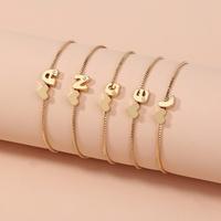 simple pulsera dorada del alfabeto inglés 26 NHAN303331
