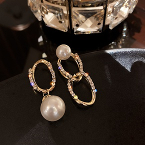 Asymmetric chain pearl earrings NHOT303639
