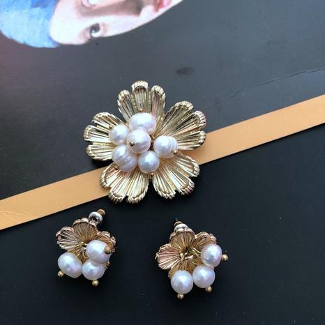 Broche perle fleur dorée NHOM315738's discount tags