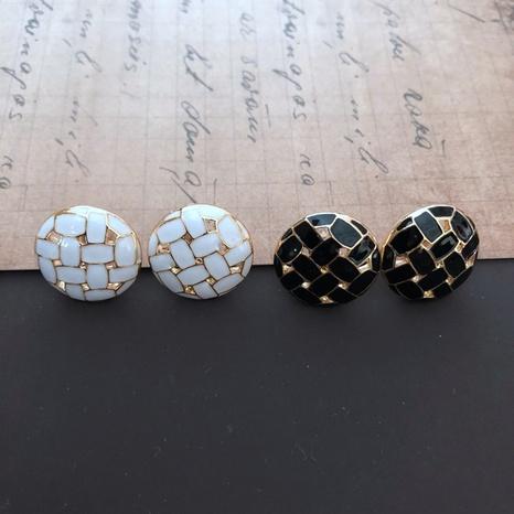 Petites boucles d'oreilles rondes tissées noires et blanches NHOM314570's discount tags