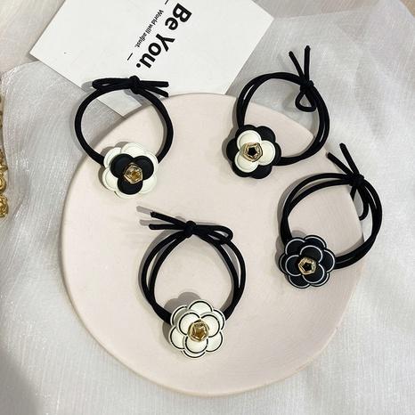 Scrunchies coreanos de pelo con flores en blanco y negro NHWF323778's discount tags