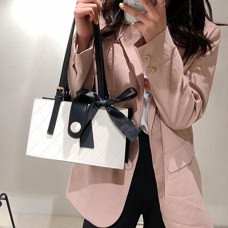 Mode rhombique fil de broderie foulard en soie épaule messenger petit sac carré en gros NHLH341015's discount tags
