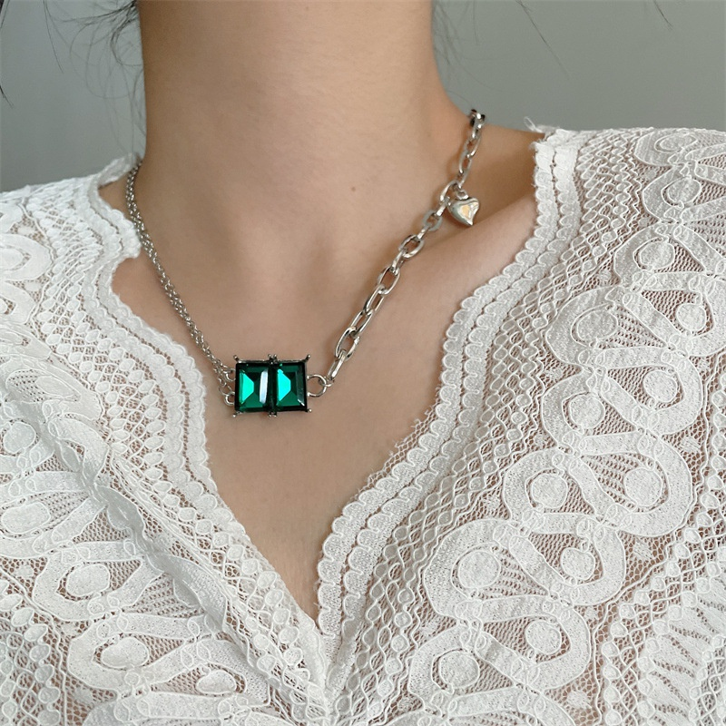 Fashion emerald heartshape alloy necklace wholesale NHYQ347884